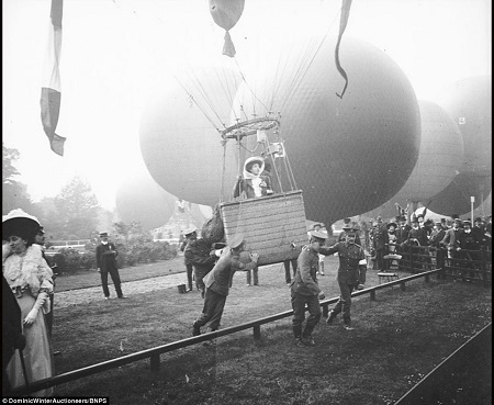One of the few photographs showing a lady aboard a balloon.