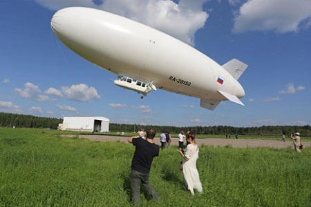 An AU-30 zeppelin during a flight over the city of Kirzhach.  Image: ITAR-TASS