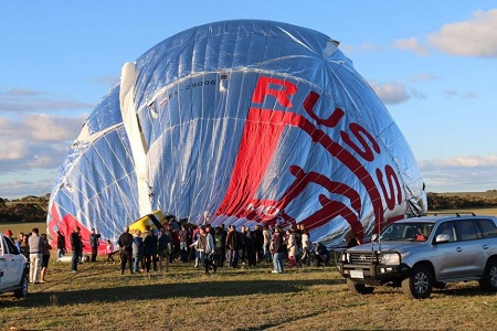 Russian adventurer Fedor Konyukhov lands his hot air balloon safely in Western Australia's Wheatbelt. Photo: Briana Shepherd - ABC News