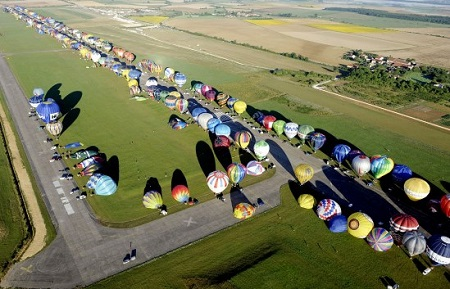 "Hot air balloons prepare to take off in Chambley-Bussieres, eastern France, to set a world record of collective taking-off during the yearly event ""Lorraine Mondial air balloons,"" an international air balloon meeting.  Photo: AP Jean Christophe Verhaegen, Pool"