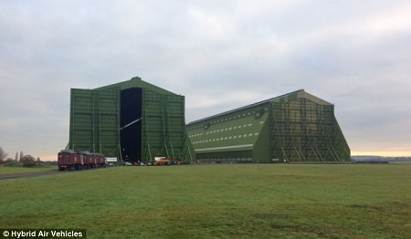 The HAV304 arriving at Cardington in December 2013. Source: Daily Mail UK