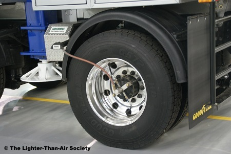 The mast truck is equipped wit a tire pressure control system that allows it to reduce tire pressure when the truck is on soft ground. It can increase pressure again when the truck returns to firm ground.