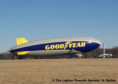 The blimp starts to back away from the mooring mast. Photo: A. Bellon - LTAS