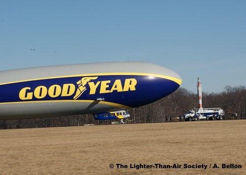 The blimp continues to back away from the mooring mast. Photo: A. Bellon - LTAS