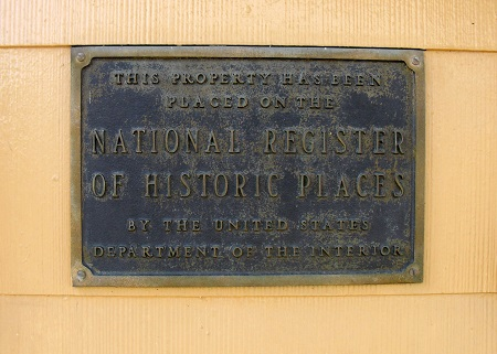 Plaque certifying that the Lansdowne home is on the National Registry of Historic Places. Photo: © Alvaro Bellon