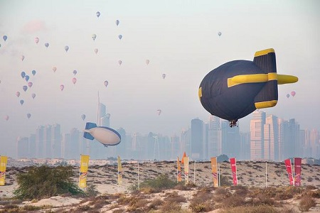 Two hot air airships in flight. In the background the Dubai skyline and a large number of hot air balloons participating in other competitions of the World Air Games. Photo courtesy of FAI
