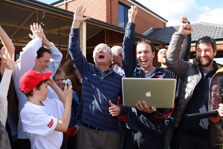 Dick Smith (centre) and Oscar Konyukhov (r) celebrating the record. Photo: Laura Gartry - ABC News